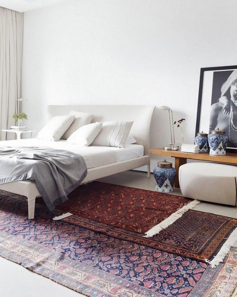 Несколько турецкий ковров в интерьере спальни
