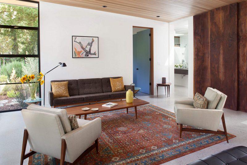Прямоугольный турецкий ковер в интерьере современной гостиной
