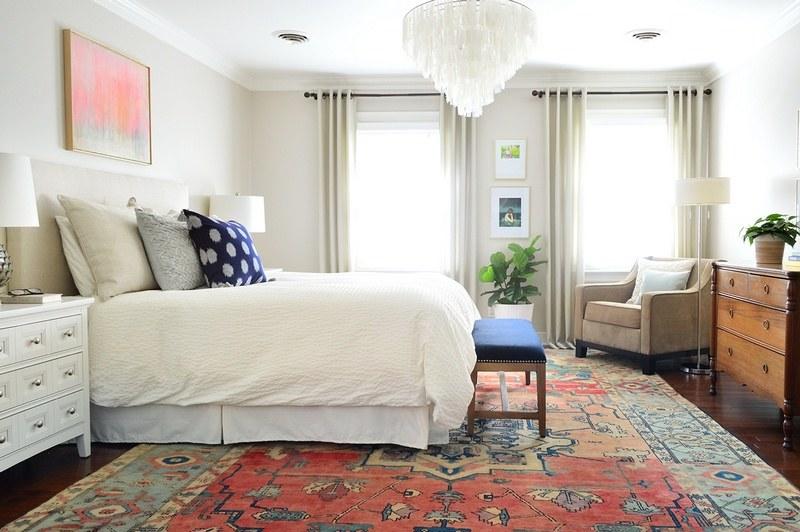 Яркий турецкий ковер на пол спальни