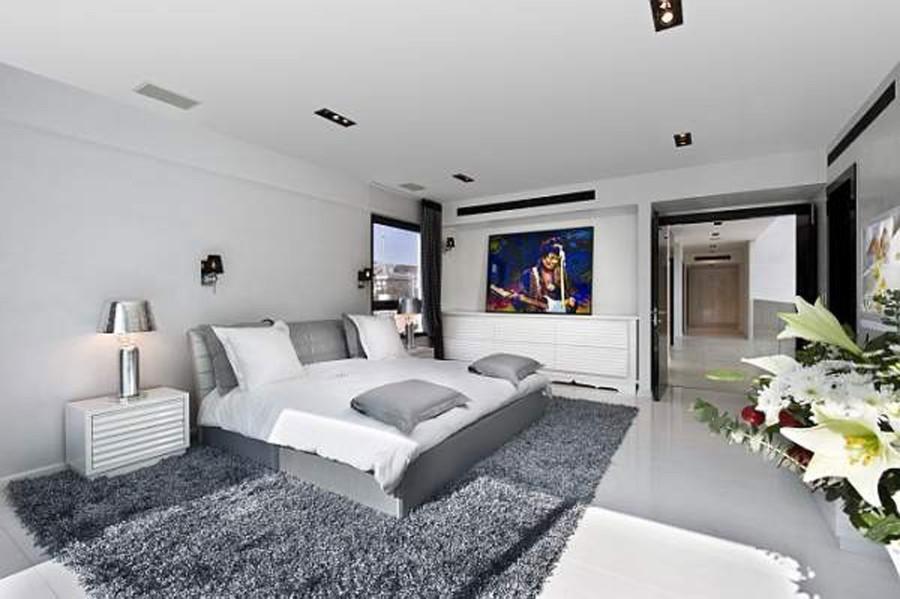 Seriy_kover_v_spalne_Серый ковер в спальне