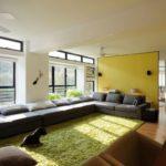 Zheltiy_kover_v_gostinoy_Желтый ковер в гостиной