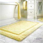 Zheltiy_kovrik_v_vannoy_komnate_Желтый коврик в ванной комнате