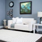 Beliy_kover_na_polu_u_divana_Белый ковер на полу у дивана