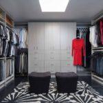 Cherno_beliy_kover_v_garderobnoy_komnate_Черно белый ковер в гардеробной комнате