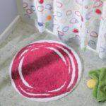 Rozoviy_krugliy_kovrik_v_vannoy_komnate_Розовый круглый коврик в ванной комнате-min