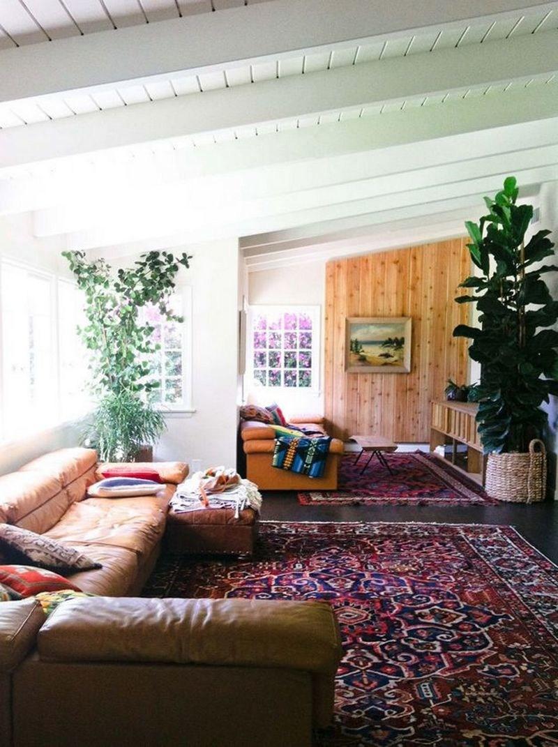 Богемский интерьер и ковер в бордовом цвете