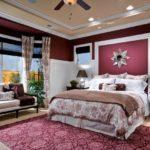 Бордовый ковер в классической спальне