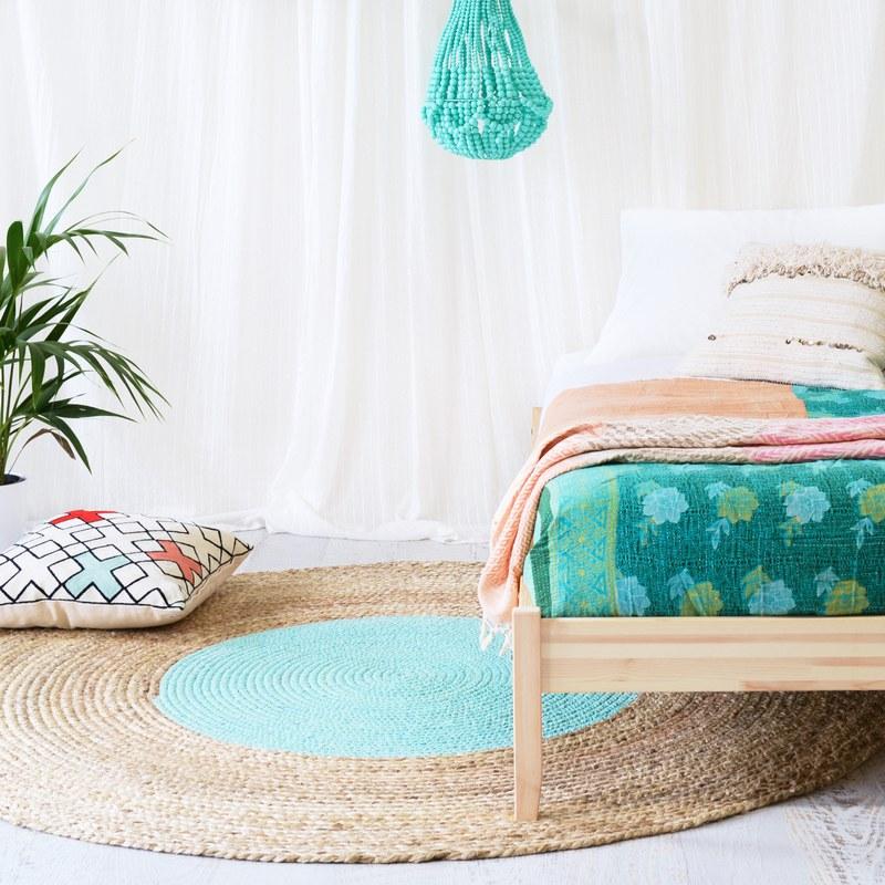 Джутовая круглая циновка в спальне
