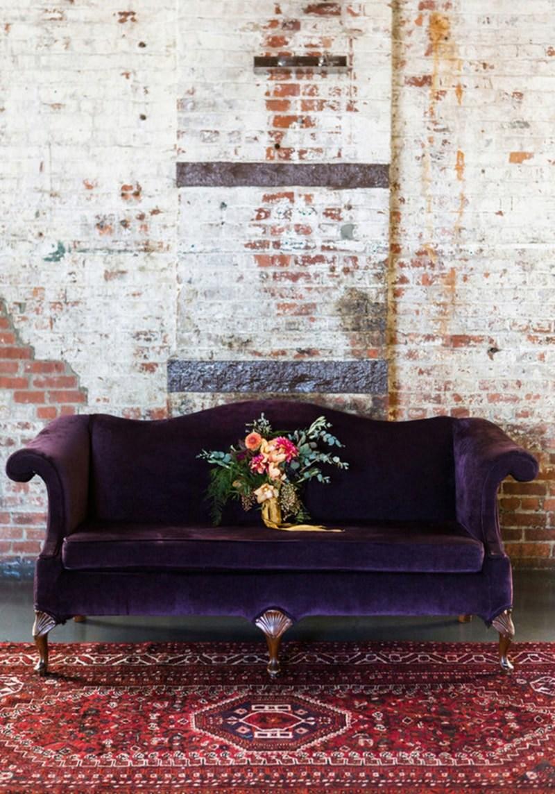 Фиолетовый диван и бордовый ковер
