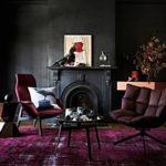 Ковер бордого цвета в темном интерьере