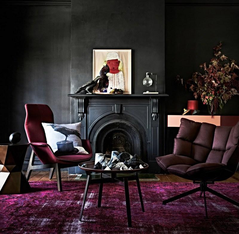 Ковер бордового цвета в темном интерьере