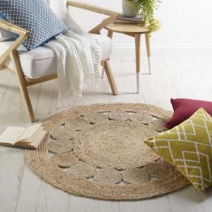 Круглый джутовый коврик на полу