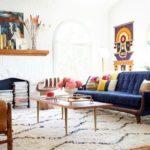 Однотонный марокканский ковер в разноцветном интерьере