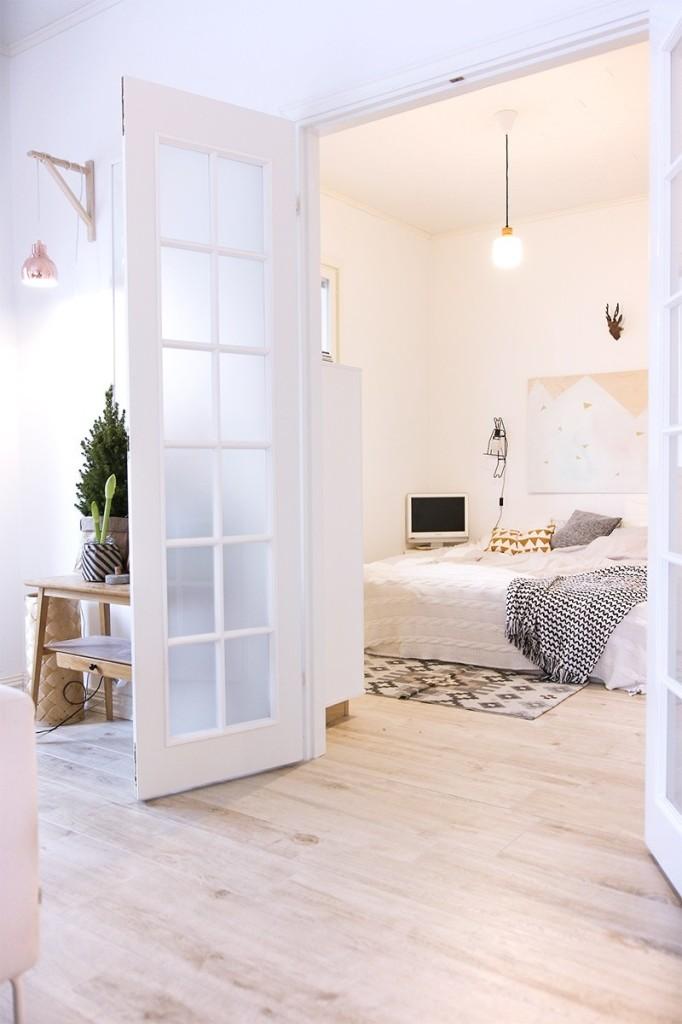 Светлый ламинат и дверь в интерьере