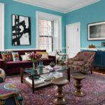 Яркий восточныц ковер в интерьере голубой гостинной
