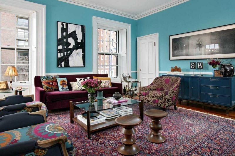Яркий восточный ковер в интерьере голубой гостиной