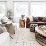 Бежевый ковер и кожаный диван