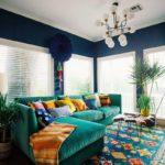 Бирюзовый ковер и диван