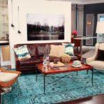 Бирюзовый ковер и кожаный диван