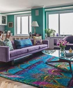 Восточный бирюзовый ковер и сиреневый диван