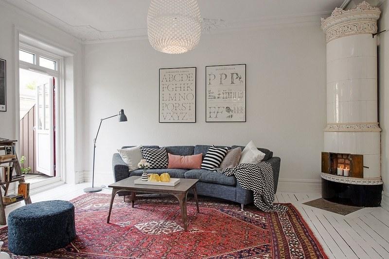 Холодная скандинавская гостинная с ярким восточным ковром