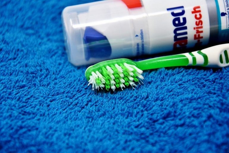Как почистить ковер зубной пастой