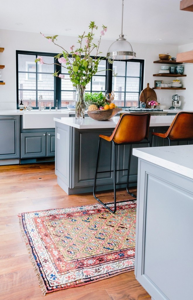 Классический восточный ковер в интерьере серой кухни