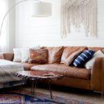 Кожаный диван и восточный ковер