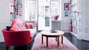 Розовый восточный ковер и розовый диван