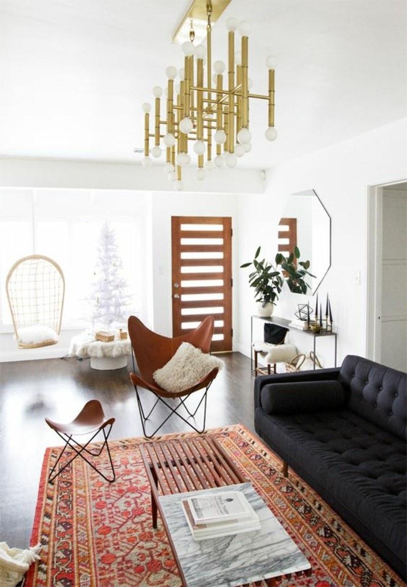 Темный диван и яркий восточный ковер