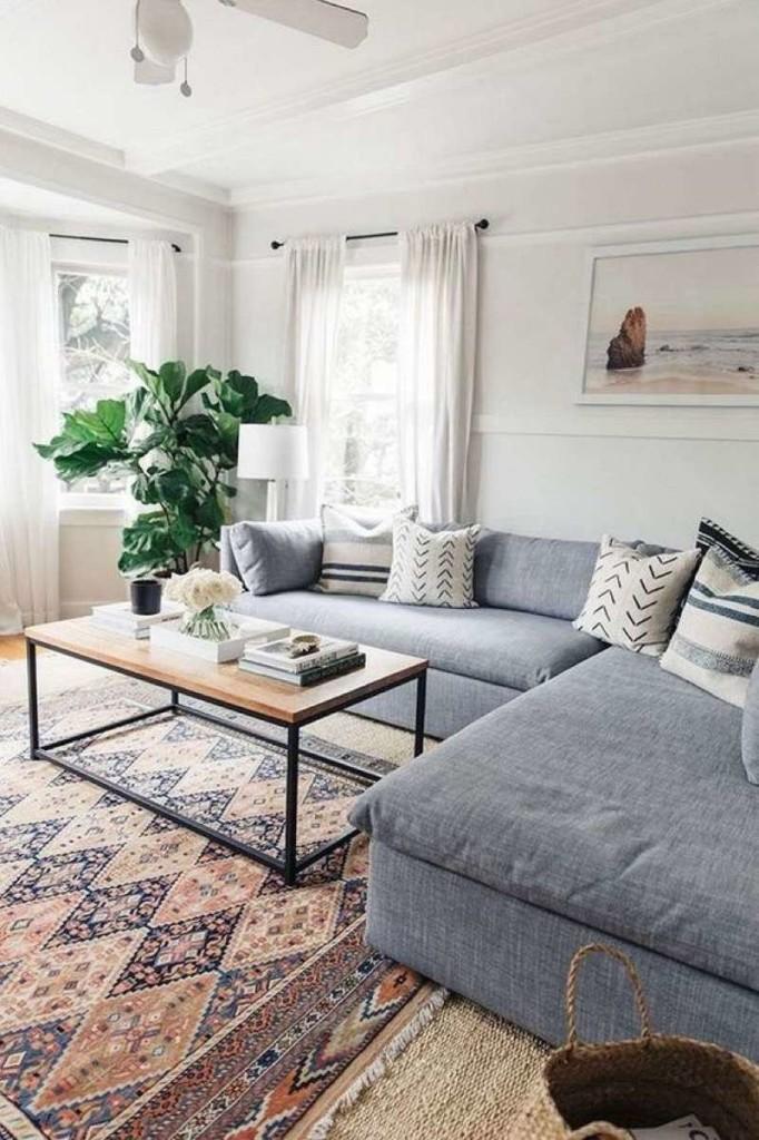 Восточный ковер и современный серый диван