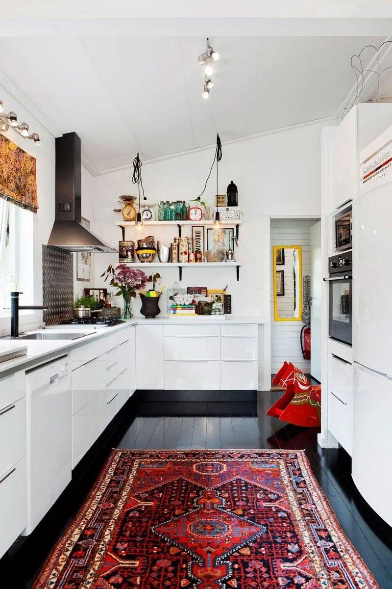 Восточный ковер в красных оттенках на кухне