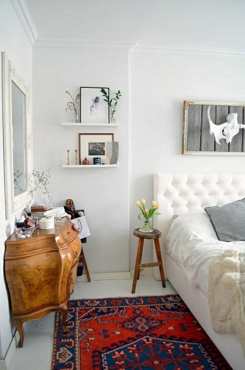 Восточный прикроватный ковер в интерьере белой спальни