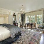Восточный ковер больших размеров в классическом интерьере спальни